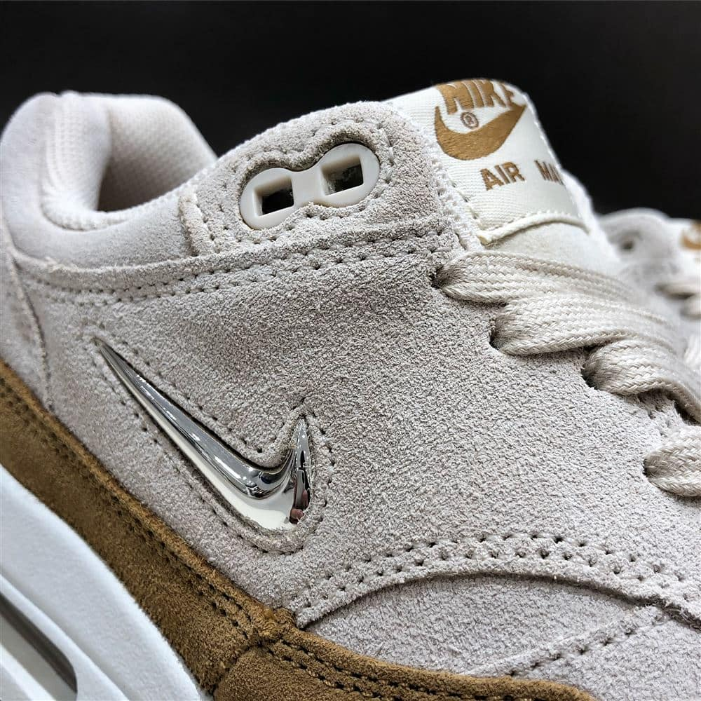 NIKE W AIR MAX 1 PREMIUM SC BEACHMTLC GOLD GRAIN MUTED
